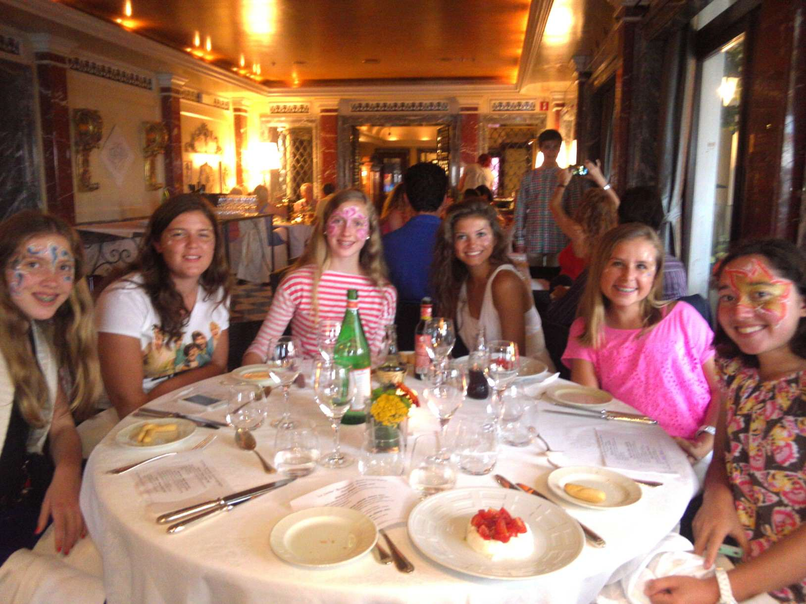 DD_Girls at dinner in Venice