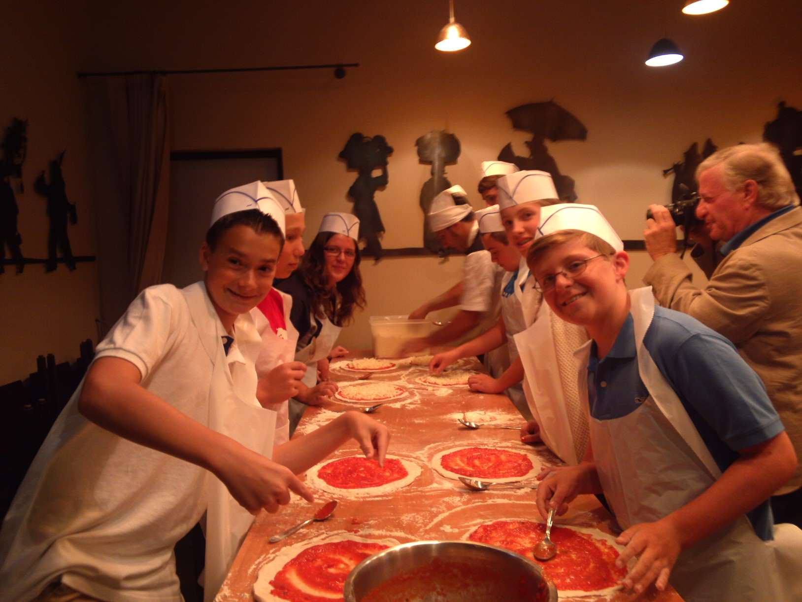 Kids on tour making pizza
